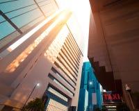 与现代摩天大楼的抽象未来派都市风景视图 洪 图库摄影
