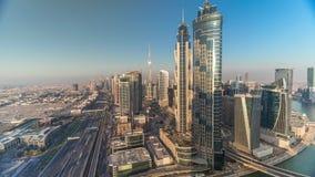 与现代摩天大楼的日落在回教族长zayed路timelapse的地平线和交通在迪拜,阿拉伯联合酋长国 股票视频