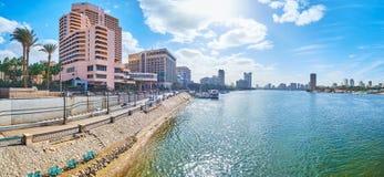 与现代旅馆的全景f尼罗堤防,开罗,埃及 免版税库存照片
