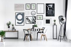 与现代椅子的表 免版税库存图片