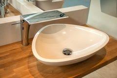 与现代水槽和龙头的卫生间内部 图库摄影