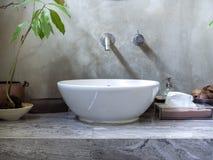 与现代水槽水池龙头的干净的顶楼样式卫生间内部 免版税库存照片