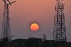 与现代风车的美好的日落在thar沙漠jaisalmer拉贾斯坦印度 图库摄影