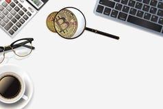 与现实对象的Bitcoin背景:计算器、键盘、咖啡,玻璃、bitcoin和放大器 图库摄影