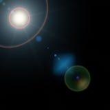 与现实透镜火光光和焕发的夏天太阳在黑背景 10 eps例证盾向量 库存图片