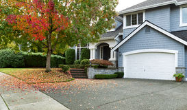 与现代住宅单户住宅的早期的秋天 免版税库存图片
