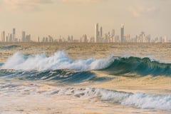 与现代城市地平线的美好的海洋风景与skyscrap 免版税库存图片