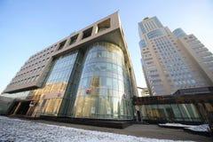 与现代大厦和高摩天大楼的都市风景 免版税库存图片