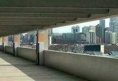 与现代大厦的停车库 库存照片