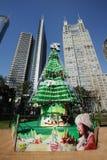 与现代大厦的圣诞树在上海 免版税库存图片