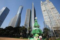 与现代大厦的圣诞树在上海 图库摄影