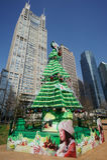 与现代大厦的圣诞树在上海 免版税库存照片