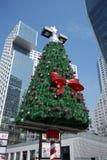与现代大厦的圣诞树 免版税库存照片