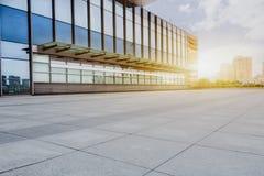 与现代大厦的空的砖地板在背景中 库存照片