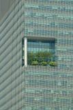 与现代大厦的高高的大阳台的外部细节在新加坡,新加坡 库存照片