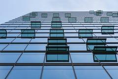 与现代大厦窗口的玻璃门面  库存照片