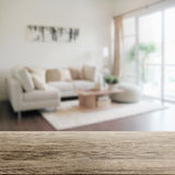与现代客厅内部迷离的木台式  免版税库存照片