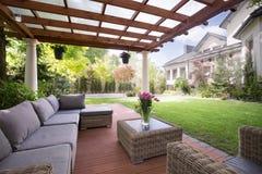 与现代庭院家具的游廊 免版税库存图片