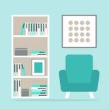 与现代扶手椅子、书橱和画框的客厅内部读书空间 库存图片