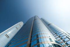 与现代摩天大楼的抽象未来派都市风景视图 洪 免版税库存图片