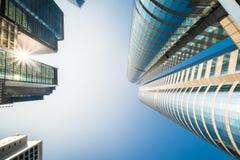 与现代摩天大楼的抽象未来派都市风景视图 洪 免版税图库摄影