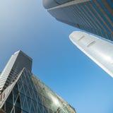 与现代摩天大楼的抽象未来派都市风景视图 洪 免版税库存照片