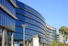 与现代未来派建筑学大厦,赫兹里亚,以色列的都市风景 免版税库存图片