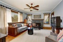 与现代样式和灰色口气的美国经典客厅内部 免版税库存图片