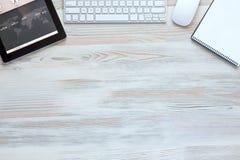 与现代电子和文具项目的构成在木背景中 免版税库存照片