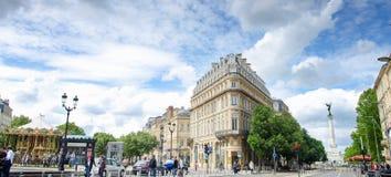 与现代电车的三角大厦在地方de la Comedie在红葡萄酒,全景视图,法国 免版税图库摄影