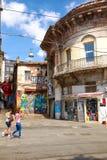 与现代街道画图片的老大厦在Istiklal大道 库存图片