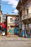 与现代街道画图片的老大厦在Istiklal大道 免版税库存图片