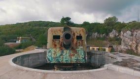 与现代街道画的老海岸炮 股票视频