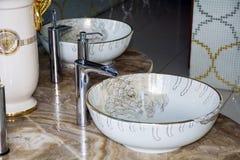 与现代设计的卫生间内部水槽 免版税库存图片