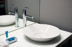 与现代设计的卫生间水槽 免版税库存照片