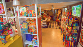 与现代设计衣裳的在tranding的陈列室和纪念品购物 免版税库存图片