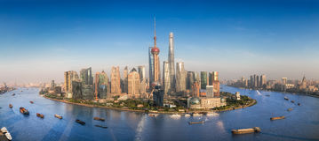 与现代都市摩天大楼的上海地平线 免版税库存照片