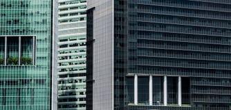 与现代阳台特点的多个摩天大楼门面 免版税库存照片