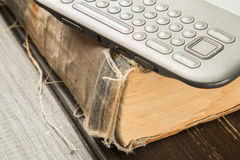 与现代eBook的旧书读的 图库摄影