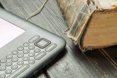 与现代eBook的旧书读的 免版税图库摄影