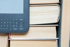 与现代eBook的旧书读的 库存照片