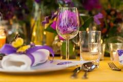 与玻璃、板材和花的表装饰品 库存图片