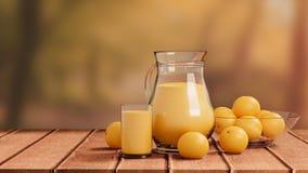 与玻璃和投手的橙汁过去在木地板上 免版税库存照片