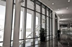 与玻璃和金属的走廊 免版税图库摄影