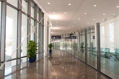 与玻璃和金属的走廊 图库摄影