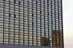 与玻璃墙的一个大大厦反对天空 图库摄影