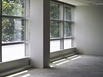 与玻璃墙的办公室内部 免版税库存图片