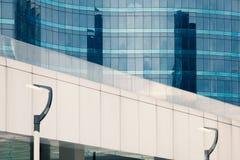 与玻璃建筑学的现代大厦 一个多层的大厦的玻璃门面 一个多层的房子,窗口,金属盘区和 图库摄影