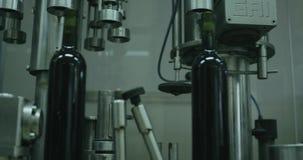 与玻璃瓶的传动机线在葡萄酒酿造的工厂 红色史诗 影视素材