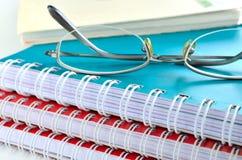 与玻璃的笔记本 免版税库存照片